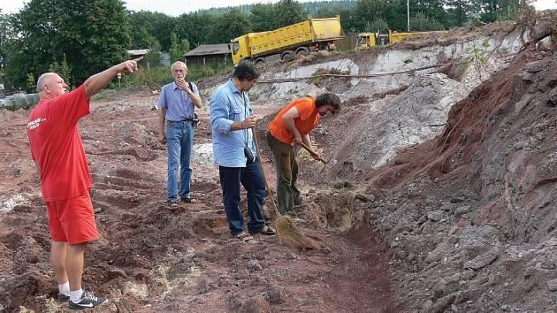 Vzácné zkamenělé stromy nalezl na staveništi firmy Lidl ředitel Klenotnice drahých kamenů Ivo Chocholáč (na snímku vpravo s krumpáčem).