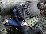 Zastal se syna, nepřizpůsobiví muže zkopali přímo před zraky strážníků