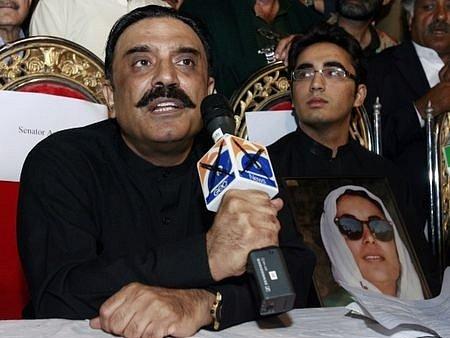 Ásif Alí Zardárí ( manžel zesnulé Benazír Bhuttové ) se synem Bilaválem požadují konání voleb v řádném termínu.