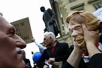 """Happening umělců pod názvem """"Počemu?"""", kterého se účastnilo několik desítek lidí, se konal 21. května před Pražským hradem. Umělci v maskách prezidenta Václava Klause parodovali jeho výroky, chování a veřejné výstupy."""