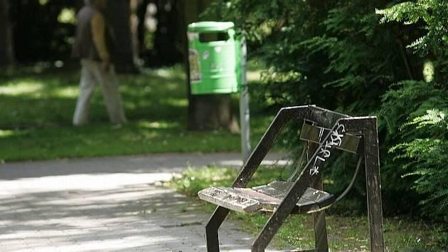 Lavička v parku - ilustrační foto