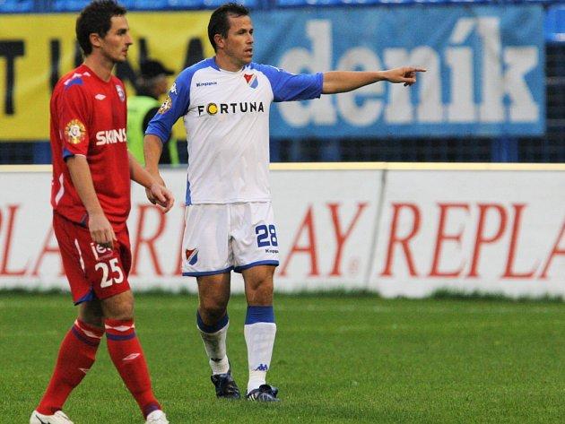 Tomáš Galásek (v bílém) během zápasu s Brnem.