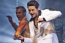 JAKO TRAVOLTA. Jan Kříž (vpravo) coby Tony v Horečce sobotní noci.