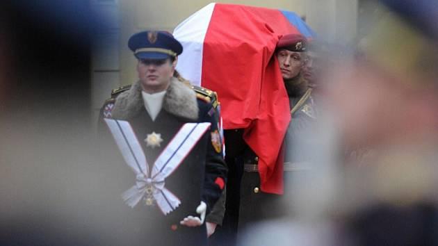 Vojáci nesou rakev se zesnulým Výclavem Havlem.