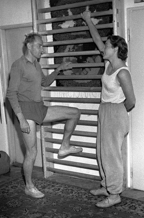 Manželé Dana a Emil Zátopkovi ve svém bytě.