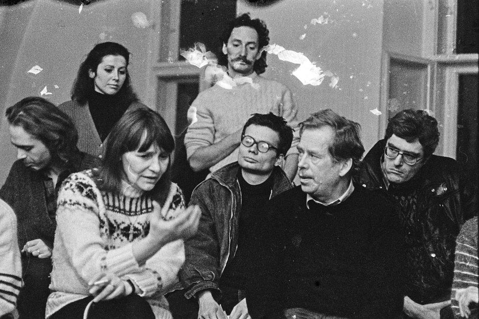 Dana Němcová, Saša Vondra a Václav Havel (trojice v popředí)