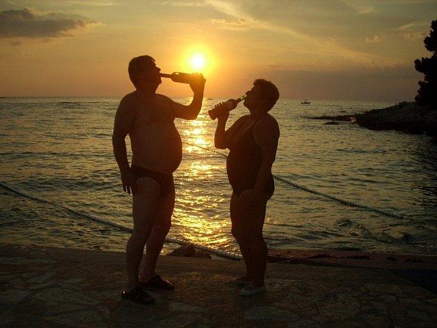 1. V HORKU CHUTNÁ. Čtenáři Strakonického deníku vyrazili do Chorvatska. Při západu slunce zdejší víno nejlépe chutná a osvěží.