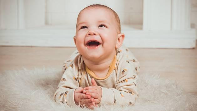 Smích dětí do jednoho a půl roku se podobá spíše smíchu šimpanzů než zvukům, které vydávají dospělí. Ilustrační foto