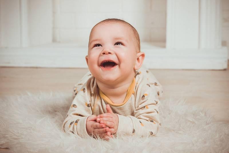 Smích dětí do jednoho a půl roku se podobá spíše smíchu šimpanzů, než zvukům, které vydávají dospělí. Ilustrační foto