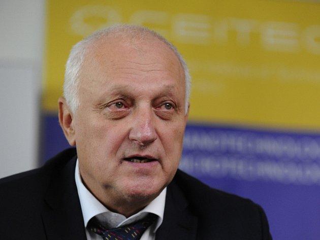 Vysoké učení technické v Brně (VUT) má problém s možným střetem zájmů rektora Petra Štěpánka, bývalého děkana stavební fakulty, který je ideovým otcem výzkumného střediska AdMaS.