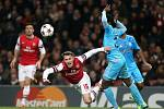 Aaron Ramsey z Arsenalu (vlevo) faulovan Nicolasem N'Koulou z Marseille.