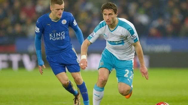 Jamie Vardy z Leicesteru (vlevo) a Daryl Janmaat z Newcastlu.