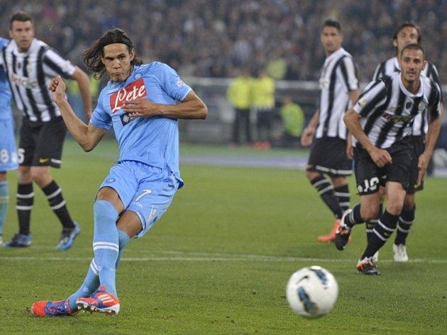 Edinson Cavani z Neapole střílí gól proti Juventusu.