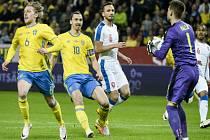 Brankář Tomáš Vaclík (vpravo) zasahuje proti Švédsku před Zlatanem Ibrahimovicem (druhý zleva).