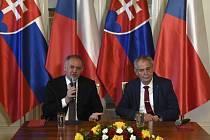 Prezident Miloš Zeman (vpravo) a končící slovenský prezident Andrej Kiska (vlevo) vystoupili 30. května 2019 na zámku v Lánech na tiskové konferenci.