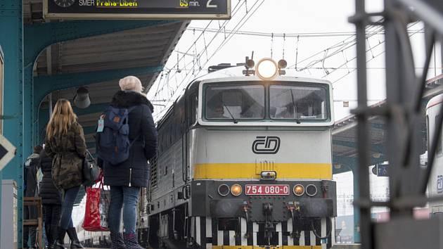 Vlak na nádraží. Ilustrační foto