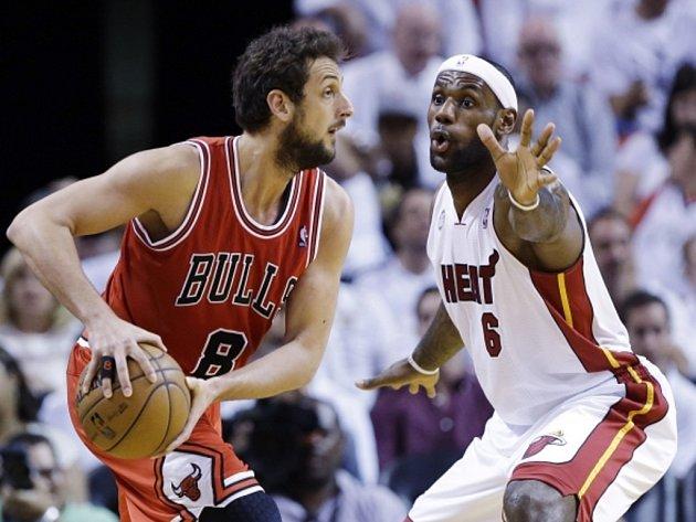 LeBron James z Miami (vpravo) brání Marca Belinelliho z Chicaga.
