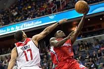 Darren Collison z LA Clippers (vpravo) se prosazuje přes bránícího Garetta Templeho z Washingtonu.