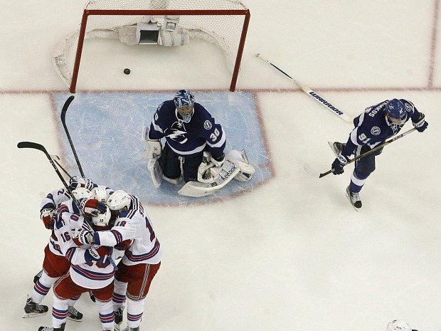 Hráči Rangers slaví gól  J.T. Millera, který zvýšil jejich vedení na 3-1.
