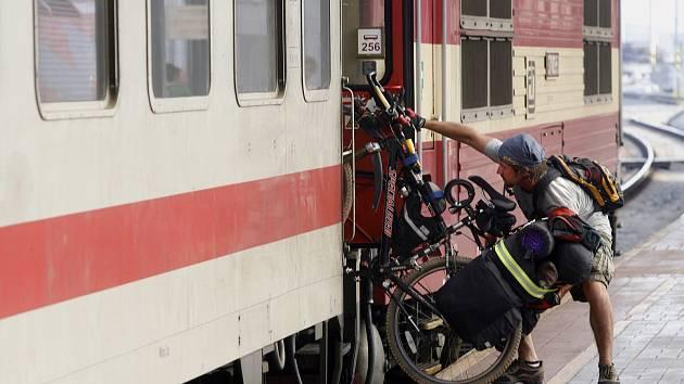 Cestující na Hlavním nádraží vPraze.