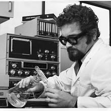 Doktor Skála v laboratoři. Vancouver, rok 1980.