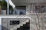 Přístup na zahradu zprostředkovávaly dříve schody, které rušivě a zbytečně zasahovaly do zahrady, proto je Ivana Dombková nahradila bočním betonovým schodištěm podél gabionové zdi.