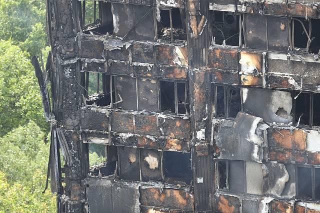 Zničená výšková budova v Londýně po rozsáhlém požáru.