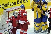 Švédští hokejisté se radují z gólu proti Česku.
