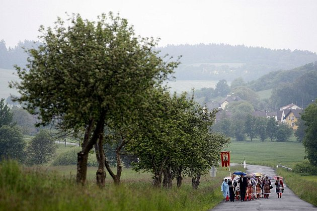 Lidé v tradičních chodských krojích z Mrákova u Domažlic a z okolních přidružených obcí se sešli procesím v neděli, 25. května do kostela v Mrákově.