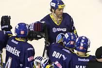 Hvězda Kladna Jaromír Jágr (uprostřed) v zápase proti Litvínovu.