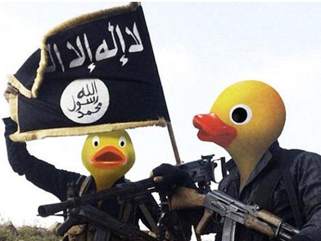 Šprýmaři na internetu se připojili k válce proti teroristům z organizace Islámský stát (IS) a upravují jejich fotografie tak, že jim obličeje nahrazují hlavami žlutých gumových kachniček.