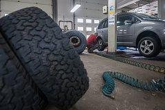 Výměna pneumatik na osobním automobilu v autoservise v Jablonci nad Nisou na snímku z 25. října. Zimní pneumatiky jsou v České republice povinné od 1. listopadu do 31. března pro všechna motorová vozidla na silnicích všech tříd.