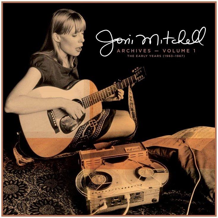Kanadská hudební legenda nechává fanoušky poprvé nahlédnout do svého bohatého archivu. Jde o úvodní část rozsáhlého projektu Joni Mitchell Archives, vjehož rámci chce kultovní zpěvačka a kytaristka zmapovat více než půlstoletou kariéru.