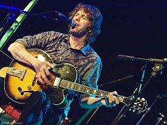 Justin Lavash – britský kytarista a písničkář