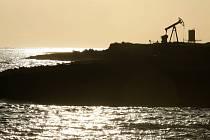 Ropný vrt u kubánského Santa Cruz del Norte. Kuba má však větší plány a hodlá těžit ropu z mořského dna u svého severního pobřeží.