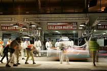 Lola Aston Martin posádky Enge, Charouz, Mücke při noční zastávce v boxech.
