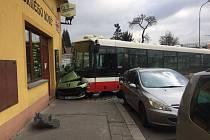 Nehoda autobusu v pražských Hodkovičkách