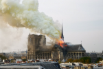 Známou pařížskou katedrálu Notre-Dame zachvátily plameny.