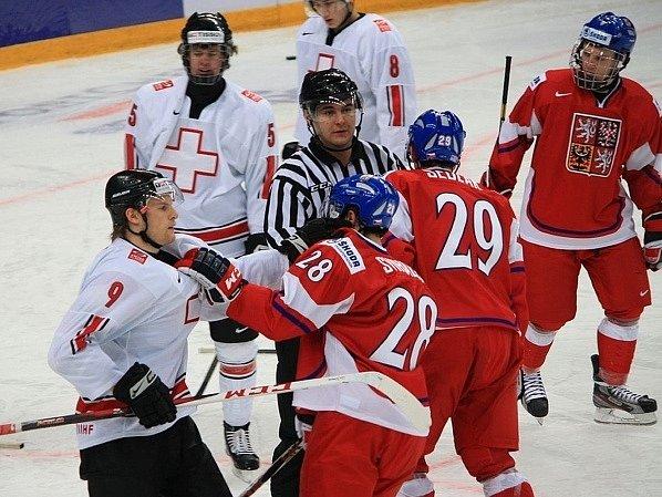 Účty si mezi sebou vyřizují Michal Švihálek a švýcarský hráč Richard Tanner (oba v popředí).