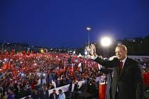 Prezident Recep Tayyip Erdogan zdraví své příznivce shromážděné v Istanbulu v den prvního výročí neúspěšného puče v Turecku