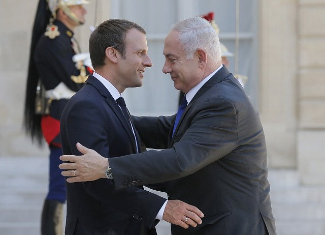 Emmanuel Macron a Benjamin Netanjahu