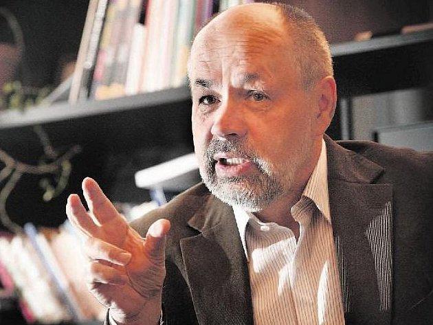 Politolog Jiří Pehe si myslí, že lidé mohou být hrdí jen na zdravý stát, a tím podle něj Česká republika není.