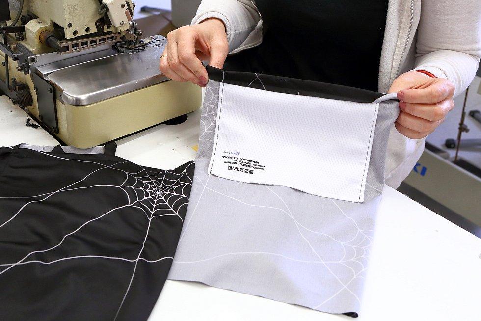 Kapsa s nanovlákennou membránou. Membrána je třívrstvý nanovlákenný materiál s testovaným záchytem bakterií, virů, pylu a dalších částic 97 – 99 procent.