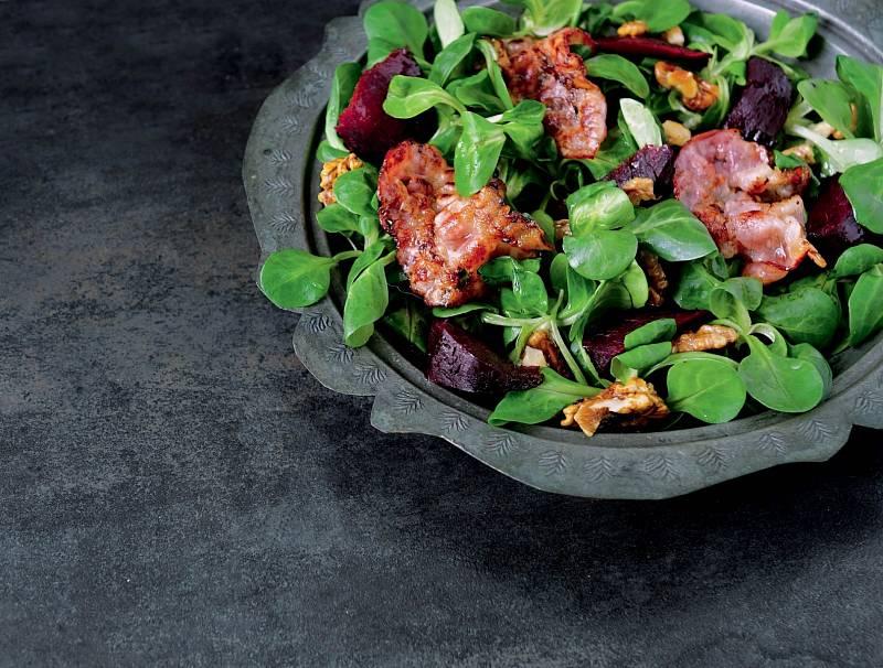Polníčkový salát s pečenou červenou řepou