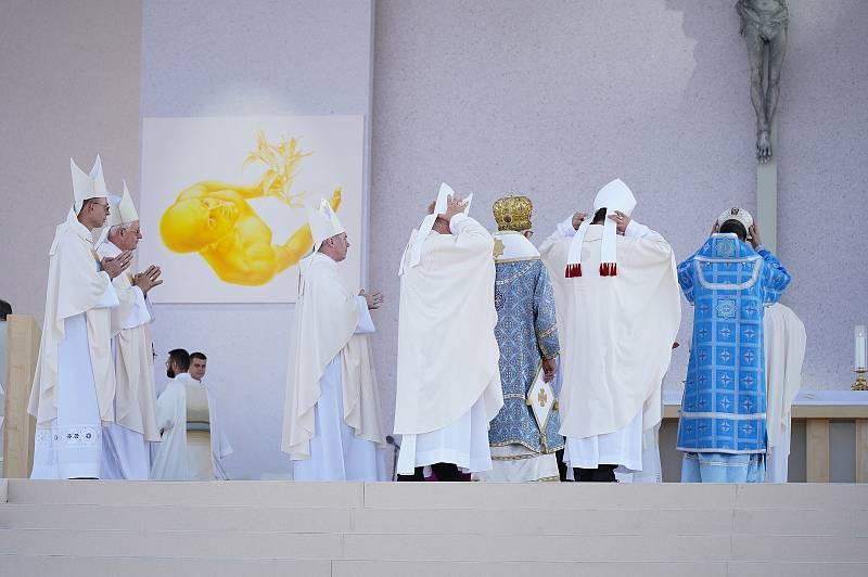 Papež František sloužící bohoslužbu ve slovenském Šaštíně. Dorazilo téměř padesát tisíc věřících a poutníků. Na pódiu je velký kříž, jehož srdce tvoří dřevo z trámů tornádem poškozeného kostela v Moravské Nové Vsi.