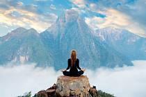 Ještě před pár lety jsme ji měli spojenou jen smnichy vhávu nebo sjogíny. Dnes se ale meditaci věnuje spousta lidí vzápadním světě anemusejí se vůbec zaobírat východním učením. Dělá totiž dobře nejen jejich duši, ale také tělu.