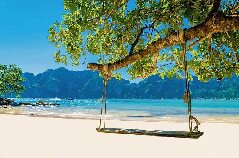 Houpačka naliduprázdné pláži.