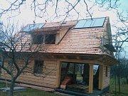 Spojení historie a moderní doby: solární panely na střeše z dřevěných šindelů