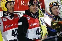 Rakušan Gregor Schlierenzauer (uprostřed) kraloval  skokánském můstku v Lillehammeru.