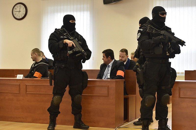 Soud v Pezinku rozhodne o tom, zda přijme obžalobu v případu vraždy novináře Jána Kuciaka a jeho partnerky. Na snímku uprostřed je obžalovaný podnikatel Marian Kočner (s červenou páskou).